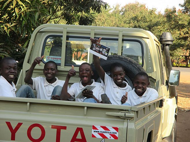 Studenten van de Watoto Foundation in de pick-up